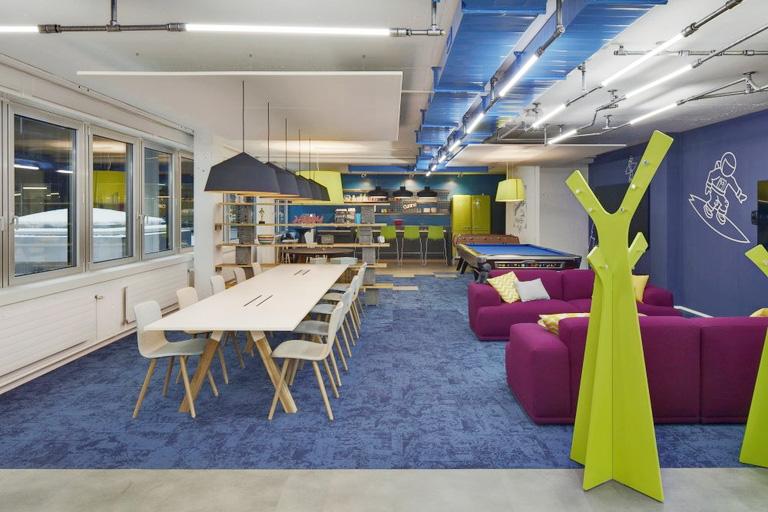 Espaço de refeição, descontração e regeneração do Office LAB Coworking - Zurique, Suíça. Reprodução Retaildesignblog.