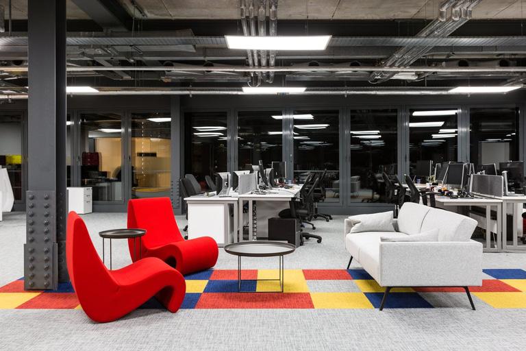Sysrepublic Office, Londres, Inglaterra coloca poltronas e sofá ao lado de estações de trabalho como ponto de descontração para pequenas reuniões. Crédito: Officesnapshots.