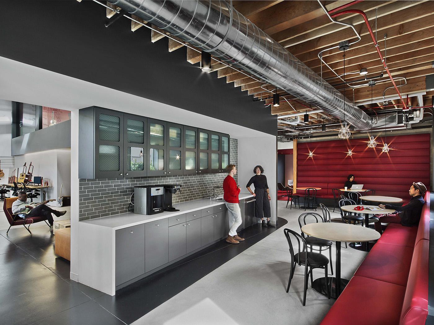 Fender Office em Los Angeles, E.U.A, possui uma área de convivência/café no meio da área administrativa, que também pode ser utilizada para trabalhos individuais ou em grupos. Crédito: Officesnapshots.
