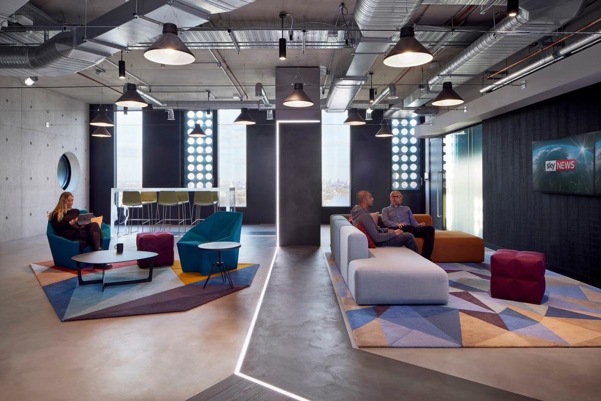 O escritório da Adobe em Londres conta com diversas áreas para os profissionais se encontrarem e discutirem os mais diversos assuntos, sempre de maneira mais informal. Crédito: Retail design blog