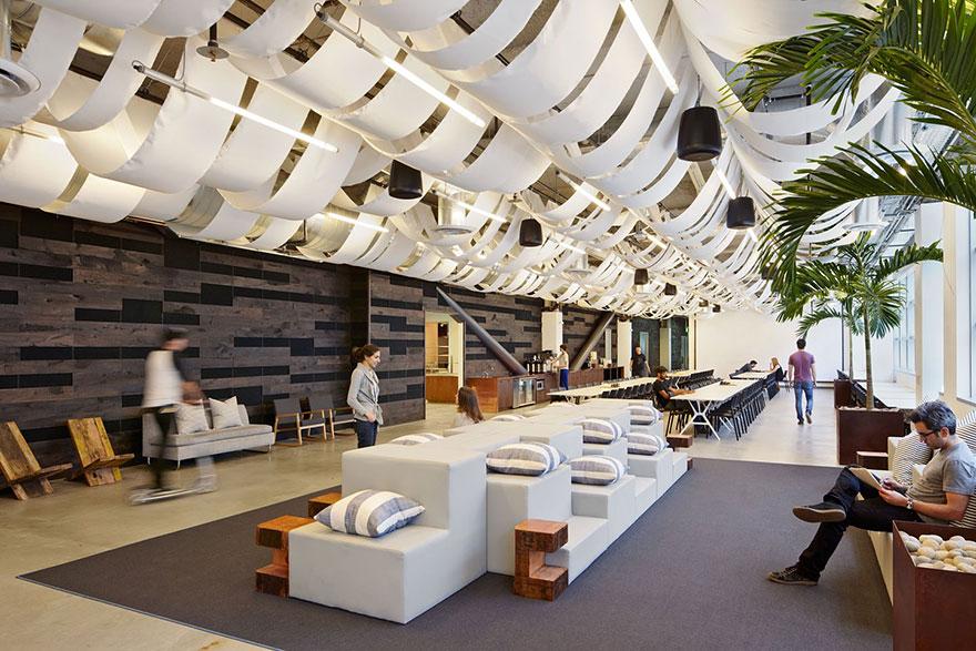 Olhe estes pufes no centro. Um treinamento pode muito bem ser realizado neste local.  Crédito: Divulgação Boredpanda.com
