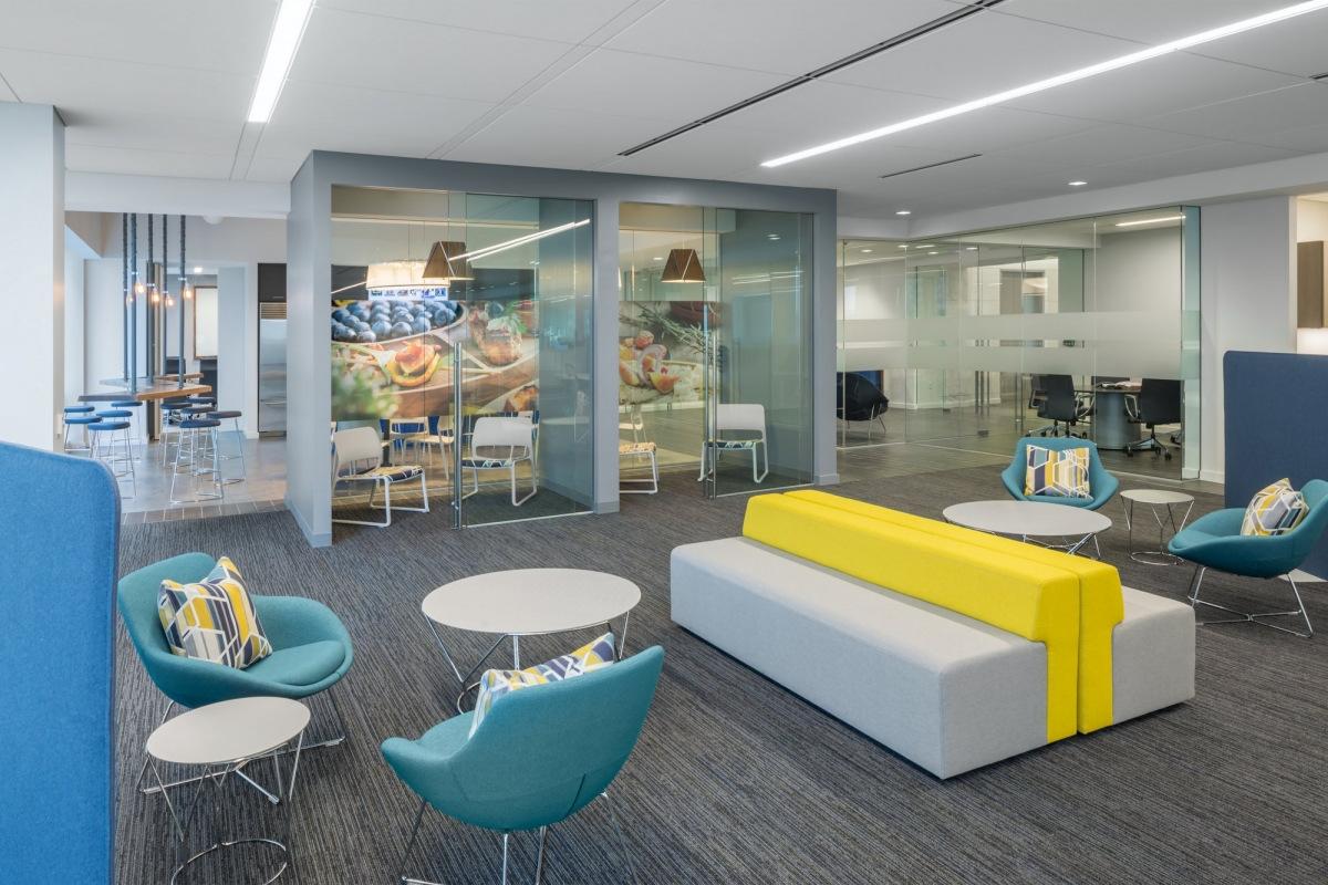 Os espaços para trabalho focado da Elior Office compõem salas com divisórias de vidro para facilitar a concentração, sem perder o contato visual com o escritório. Crédito: reprodução officelovin.