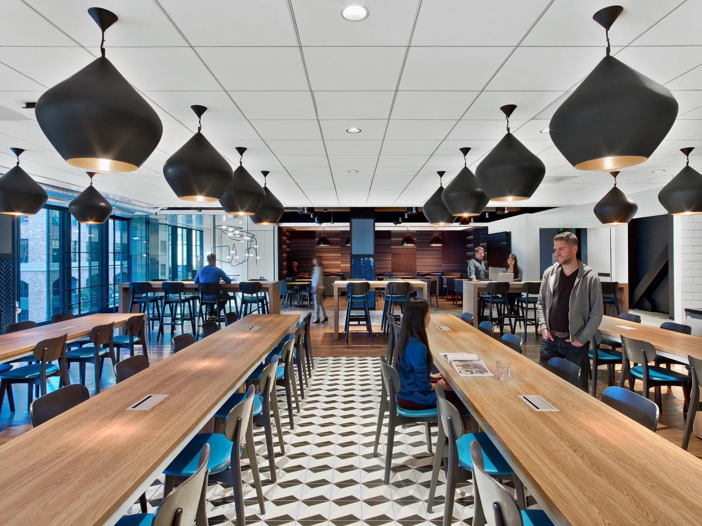 Mesas e bancadas com caixas de conectividade alinhadas ao conceito de trabalho mais flexível. LinkedIn Office, São Francisco, E.U.A. Crédito reprodução: officelovin