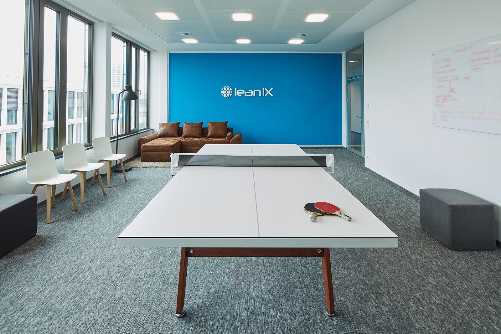 No escritório da LeanIX (Bonn, Alemanha) a mesa de tênis pode se transformar em uma mesa de reunião e vice-versa. Crédito reprodução: officelovin