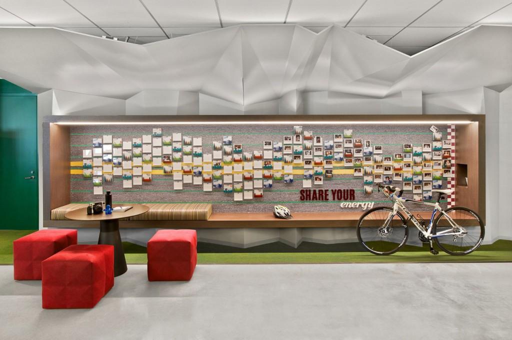 Outro exemplo de painel interativo com área de descanso ou para reunião mais informal no escritório LinkedIn, São Francisco, E.U.A. Crédito reprodução: officelovin