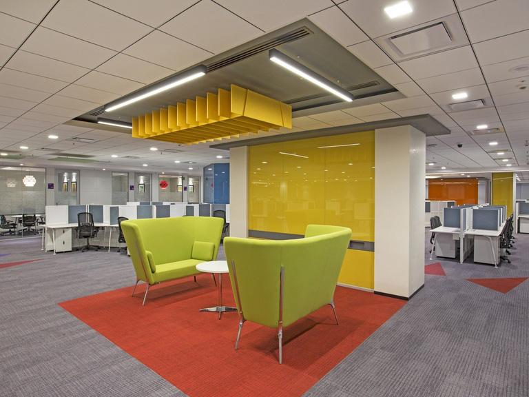 Ambiente da EMC Office na India conta com área para reuniões mais informais, integrada com o ambiente de estações de trabalho. Crédito: divulgação retaildesignblog