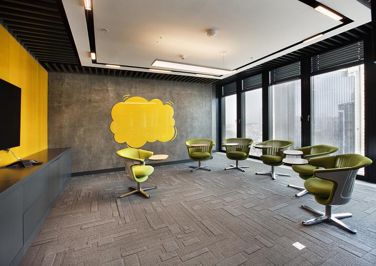A sala de reuniões e treinamento da British American é descontraída, sem perder o estilo corporativo. Um bom local para dar o feedback à equipe. Crédito: Reprodução Office Snapshots