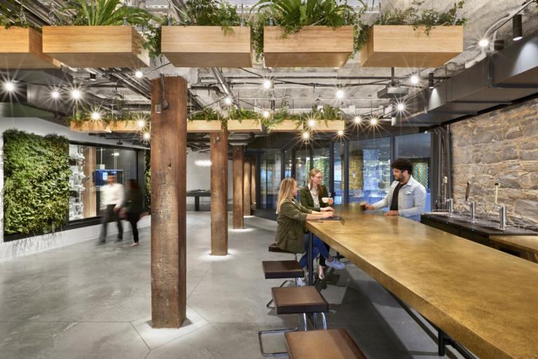 O escritório da United Technologies Digital em New York-USA aposta em ambientes com elementos de natureza e espaços inusitados para o encontro dos talentos da empresa. Crédito: Reprodução Officesnapshot