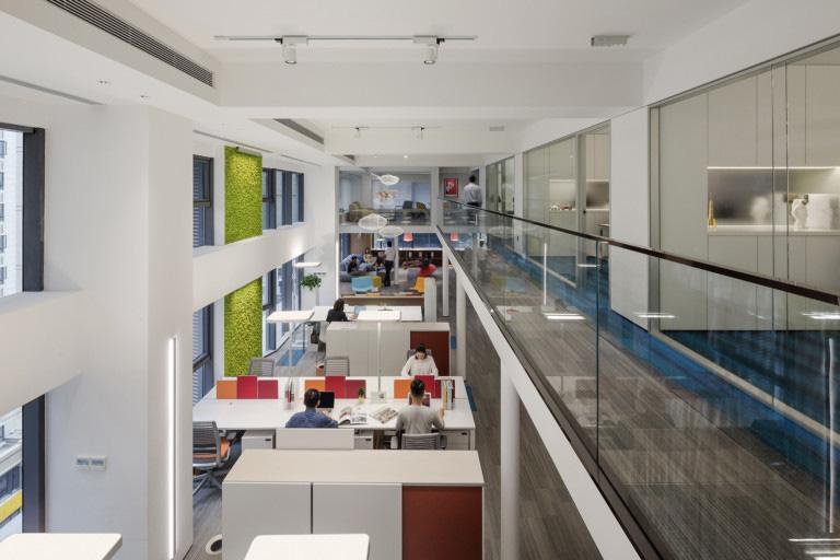 A organização e alguns pontos de cor neste espaço clean do escritório da CROYO, China, são os pontos fortes do projeto. Reprodução Officesnapshot