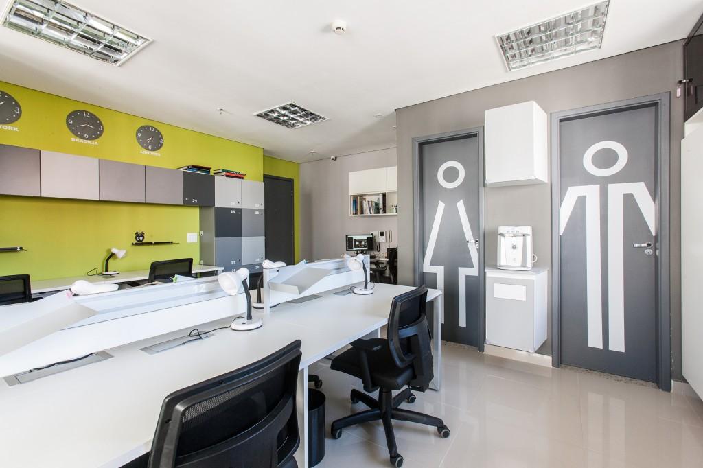 Sinalização criativa dos banheiros na OCA Coworking. Projeto: Aonze Arquitetura. Mobiliário: RS Design. Fotos @ederbruscagin