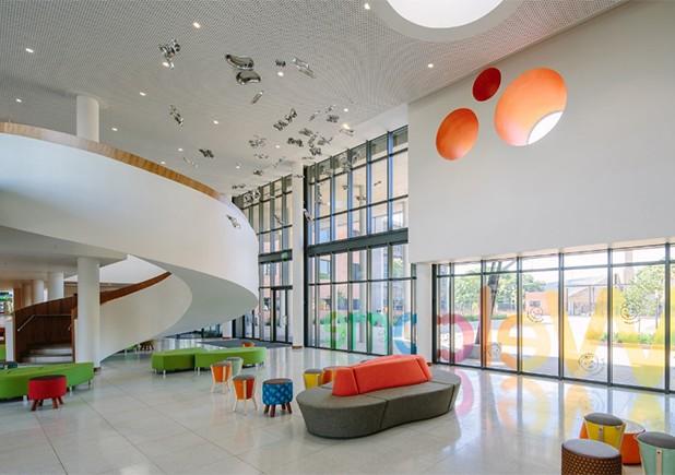 O hospital infantil Nelson Mandela, criado para prestar serviços pediátricos à África, começou suas operações em junho e oferece um design ultramoderno e funcional, além de ser totalmente dedicado ao seu público. Crédito: Reprodução ArchDaily