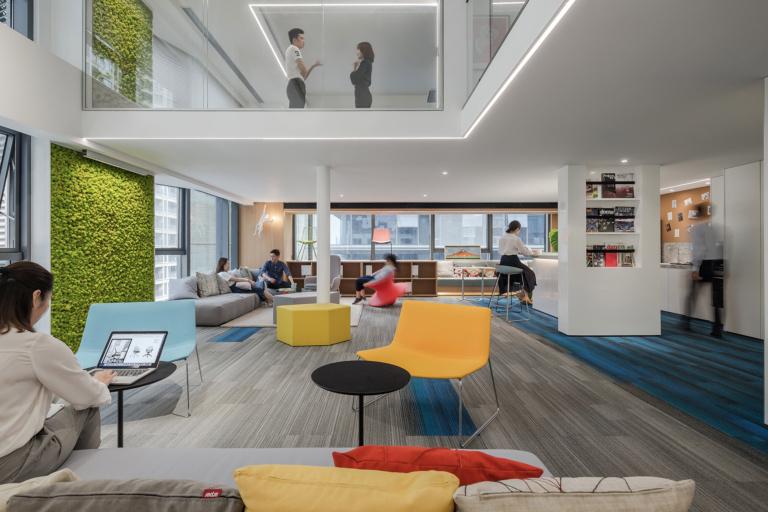 Observe no escritório da CROYO que além do verde do jardim vertical, foram utilizadas as cores do por-do-sol nas poltronas, almofadas e tapete. Crédito: Reprodução Officesnapshot