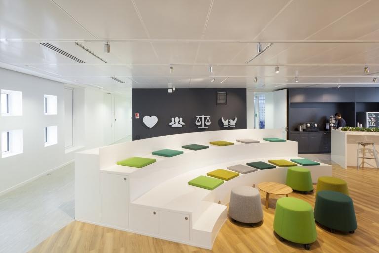 No escritório da KDS foram utilizadas as cores de uma floresta (tons de verde e madeira) e o mobiliário branco. Crédito: Reprodução Officesnapshots