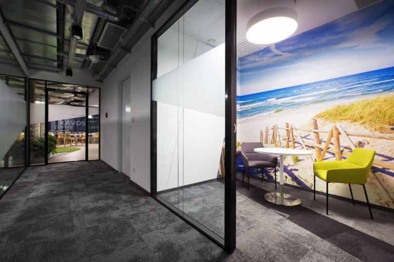 Em ambientes como do Circle-k-offices, que não possuem luz natural, pode-se utilizar de paisagem que remetam à natureza e à luz natural. O cérebro entende como positivo. Crédito: Reprodução Officesnapshots