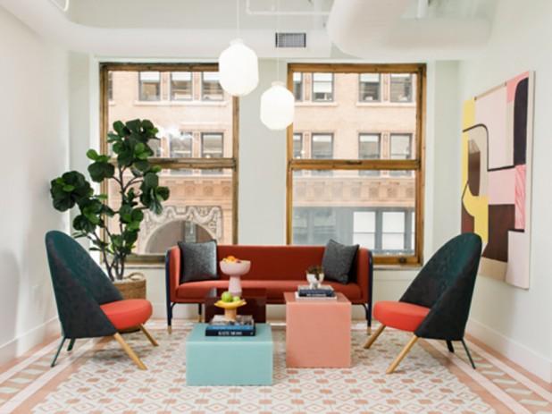 Escritório da The Wing, na Califórnia (EUA). A opção pela Living Coral em detalhes do mobiliário torna ainda mais visível a energia promovida pela tonalidade. Crédito: Reprodução Office Snapshots