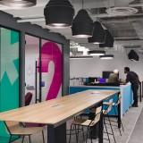 Os espaços nos escritórios modernos estão cada vez mais colaborativos, incentivando as conversas informais, pois isso traz produtividade para o negócio. Ambiente do Fuse Office em NYC. Crédito: reprodução officelovin