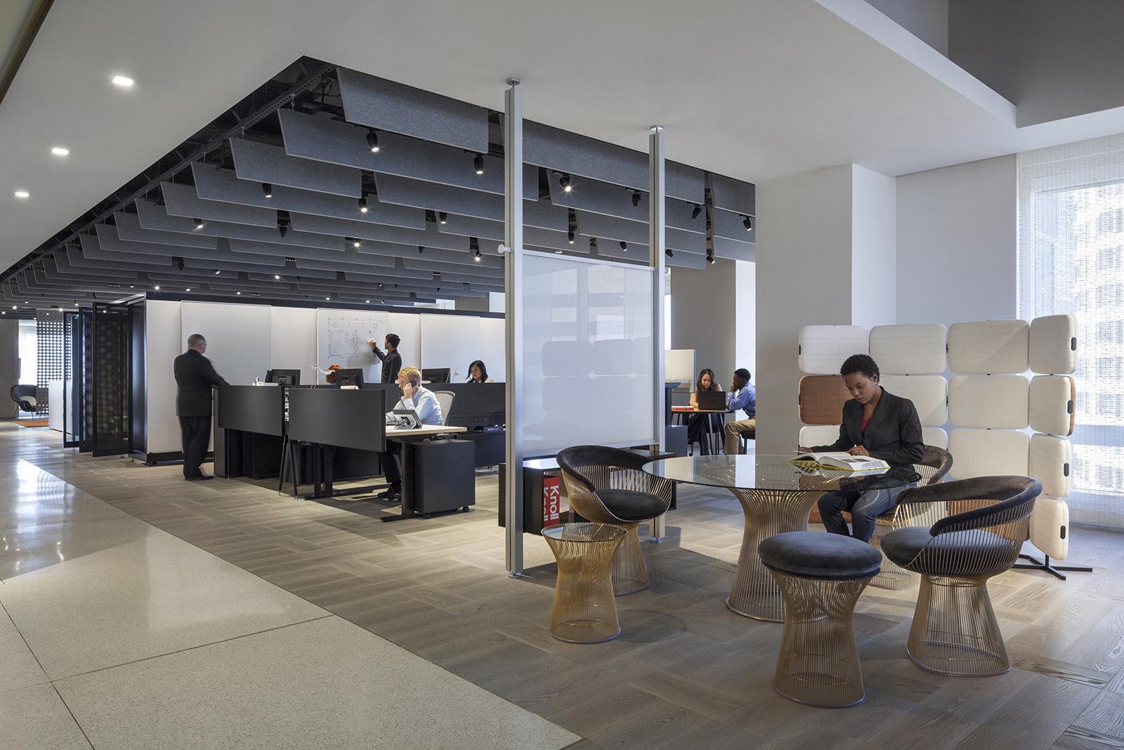No escritório Knoll foram colocadas placas acústicas no teto criando um design interessante e compondo com o restante da decoração do ambiente.