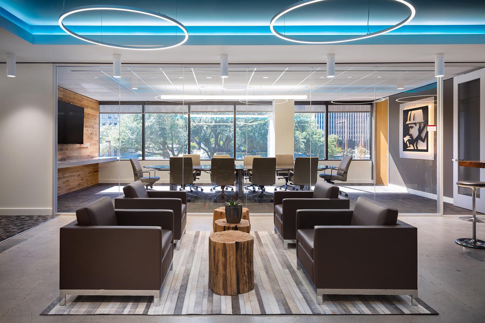 No Mccarthy Office, Houston, USA tudo foi pensado para transmitir conforto ambiental. Desde a utilização de iluminação natural mesclando com iluminação artificial, climatização, conforto acústico dentro da sala de reuniões e ergonomia em todo o mobiliário.