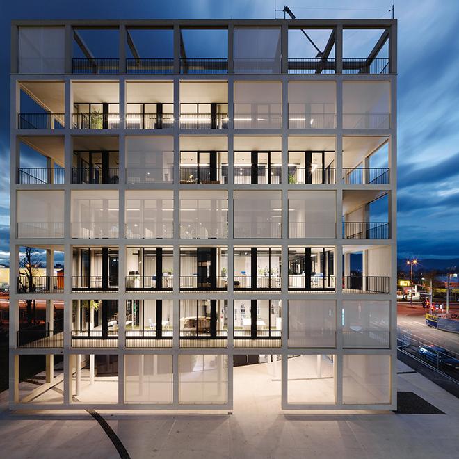 A fachada da imobiliária C&P é mutante pois as persianas que podem ser abertas ou não criam um desenho único a cada dia.