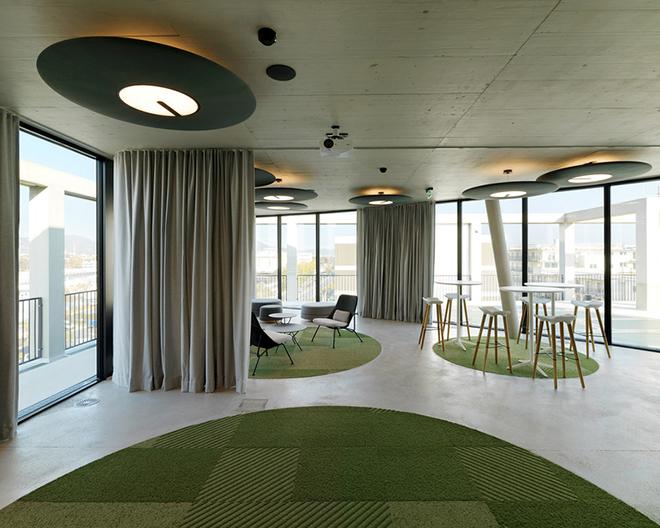 No interior do edifício da imobiliária C&P, tons de verde contribuem com o clima harmonioso por remeterem à natureza.