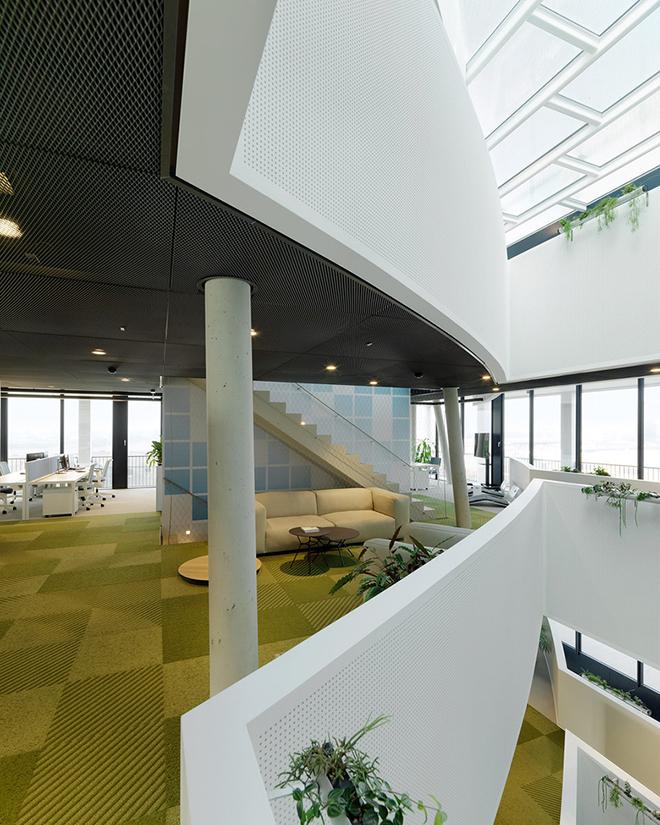 A inserção de plantas no ambiente corporativo contribui com a sensação de bem-estar dos trabalhadores. Na imobiliária C&P, que venceu o prêmio, as plantas são discretas e bem espalhadas pelo espaço.