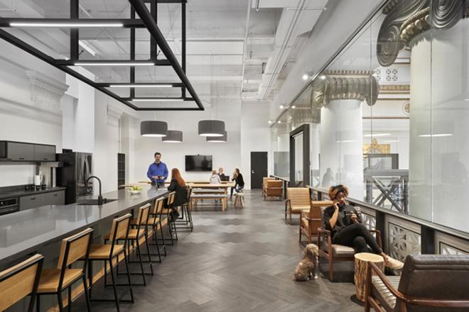 Na ZGF Architects, nos EUA, os colaboradores podem se posicionar em diferentes locais para trabalhar.
