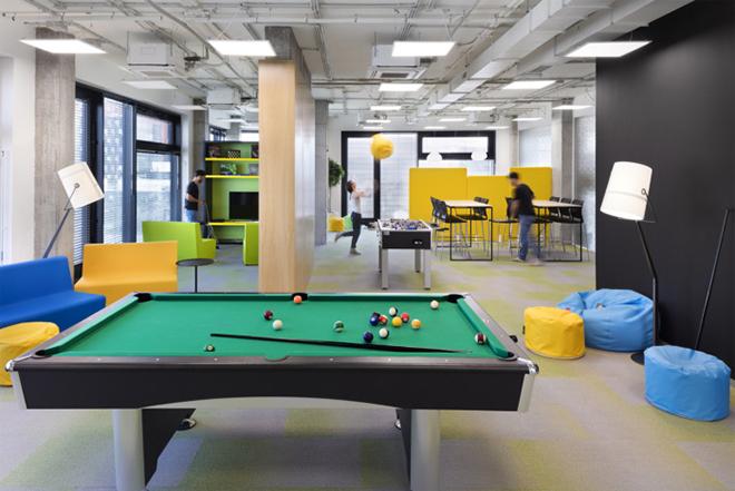 Escritório da Cache Atelier na Bulgária: sala de jogos e ambiente descontraído.