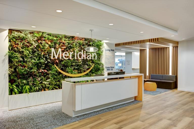 Recepção da Meridian, em Toronto, Canadá utiliza a biofilia de forma elegante e clean, deixando o espaço com conceito de limpeza e aconchego, ao mesmo tempo.