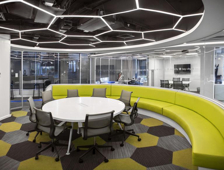 Escritório da Adidas totalmente focado em transmitir o conceito da marca no design dos ambientes para impactar, em primeiro plano, os próprios colaboradores.
