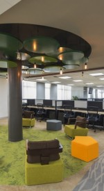 Neste escritório da Riverbed Technology a área de descompressão foi montado próxima às estações de trabalho, permitindo pausas ou reuniões rápidas entre uma atividade e outra.