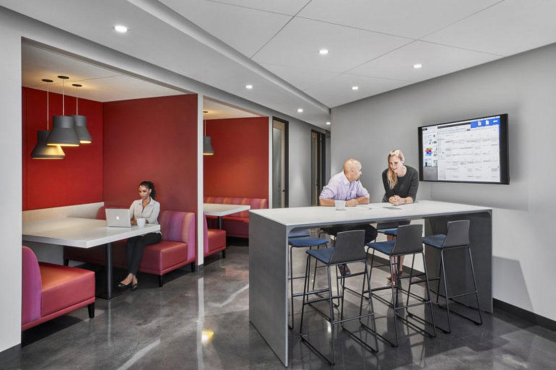 No escritório da Cedars-Sinais em Los Angeles, E.U.A., as pessoas podem trabalhar conectadas em qualquer local da empresa.