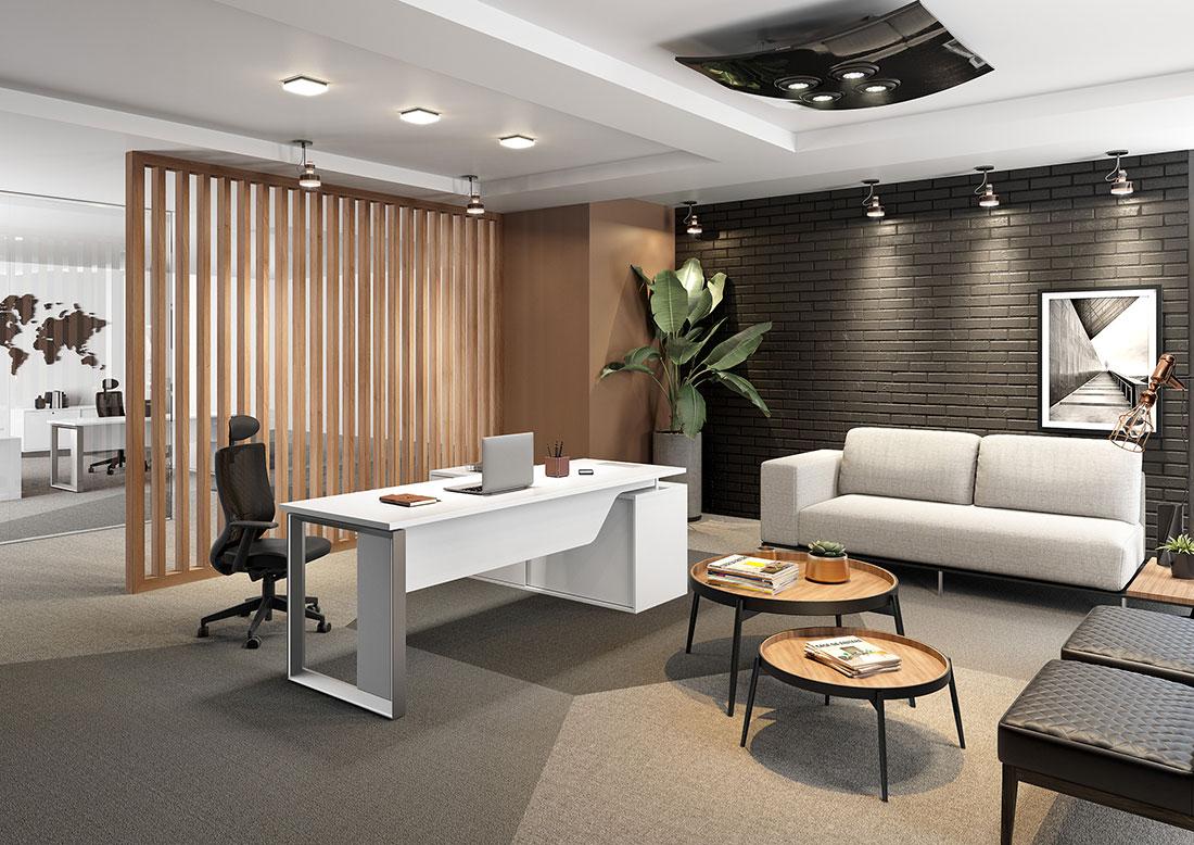 Sala executiva com ambiente para uma conversa mais informal. Mobiliário da RS Design, incluindo mesa, sofá, poltronas e mesinhas.