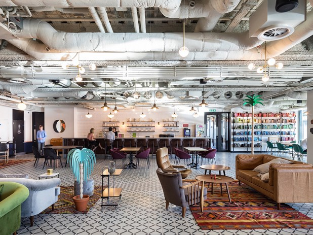 Esse Coworking inglês reúne várias das tendências da arquitetura corporativa: bancadas altas, sofás, poltronas, e espaços de trabalho colaborativos. Quanto dessa estrutura cabe em cada empresa brasileira? É a hora da coerência!