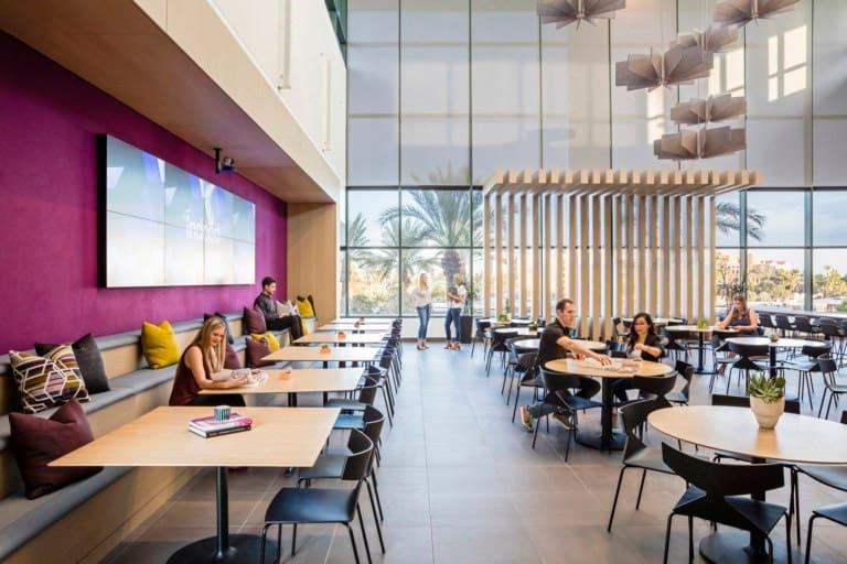Escritório da Indeed, Arizona, E.U.A. pode servir de inspiração para uma área de convivência em shoppings. Local de interação, não apenas de refeição.