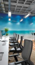 Ambiente com estações de trabalho e sala com Divisórias de vidro. Atividades compartilhadas e atividades focadas com ambientes adequados e estimulantes. Mobiliário da RS Design.