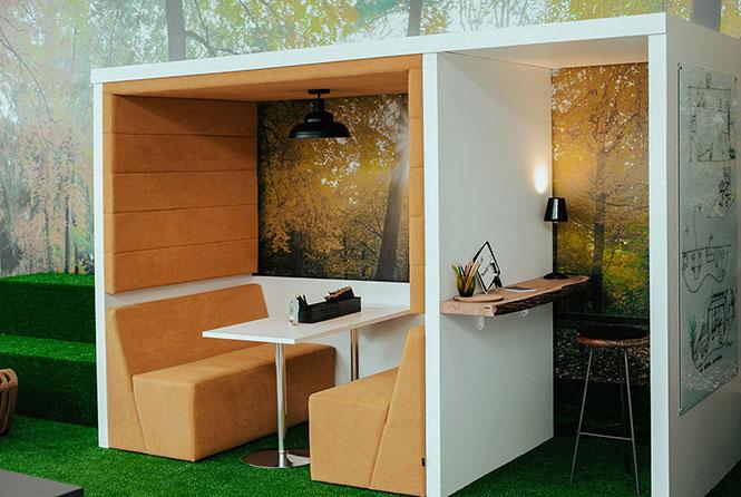 """""""Casinha acústica"""" para uma reunião mais informal ou atividade focada, permitindo conforto acústico e visual. Mobiliário planejado, sofás, mesas e banqueta da RS Design."""