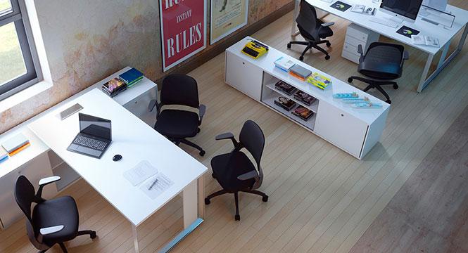 Escritório remanejado visando a integração das equipes e lideranças, considerando estímulos para o compartilhamento de ideias. Mobiliário RS Design.