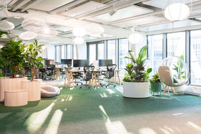 Escritório da Supermetrics, localizado em Helsinki, Finlândia, apresenta um design mais biofílico usando vegeração para compor o ambiente.