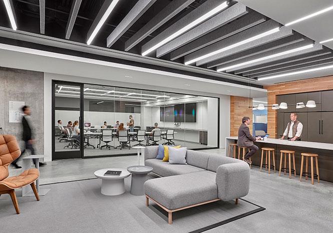 Escritório do MacDonald's em Chicago, EUA, utiliza placas de absorção de ruídos no teto como elemento decorativo e alinhado ao projeto.