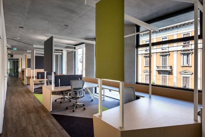 Escritório da Microsoft em Milão, Itália, apresenta placas acústicas nas mesas para amenizar o ruído do corredor.