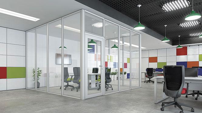 Neste ambiente foi projetada uma sala de Divisórias de Vidro em meio ao espaço aberto com estações de trabalho. Mantém-se a amplitude visual e iluminação com o ganho de amenização de ruídos. Divisórias de Vidro e Mobiliário da RS Design.