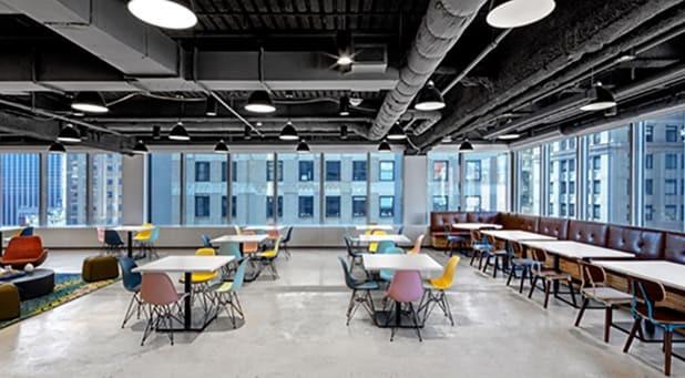O escritório da Booking.com em Nova York, nos EUA, é open space e promove a interação entre os pares por meio de ambientes nitidamente com foco no colaborativismo.