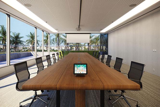 Área de reuniões para grande número de pessoas, com mobiliário que transmite o clássico e o moderno ao mesmo tempo. Mobiliário da RS Design.