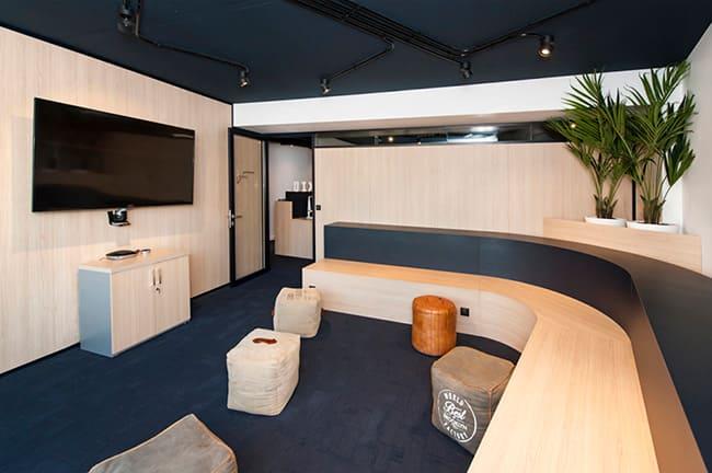 A sala para videoconferências da Amexio, na França, sai do tradicional. Em vez de uma ampla mesa de reuniões, aposta em uma arquibancada para que as pessoas se sentem confortavelmente. Em tempos de pandemia, ainda auxilia na manutenção do distanciamento.