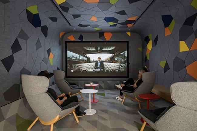 A chinesa Lightspace apostou forte na tecnologia. Por lá as vídeo chamadas podem ser feitas em uma sala similar a uma sala de cinema. Assim todos se comunicam de forma proveitosa.