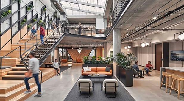 A amplitude desse escritório do ramo de tecnologia é um bom exemplo de espaço que acolhe e motiva os profissionais.