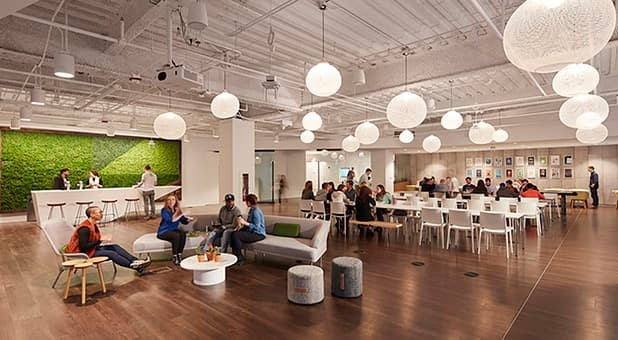 Cena de escritório da Sprout Social, nos Estados Unidos, na pré-pandemia. Segundo pesquisas, em breve voltaremos a ver essas interações sociais nos escritórios.