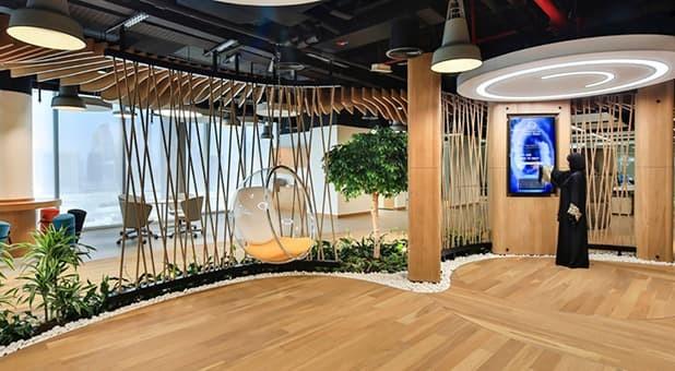 Em Dubai, nos Emirados Árabes Unidos, o projeto da Smart Dubai tem detalhes biofílicos como os tons e texturas naturais e também segue as principais medidas de sustentabilidade do país.